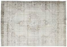 Colored Vintage Teppiche werden aus mindestens 20-50 Jahre alten türkischen Teppichen hergestellt. Jeder Teppich wird sorgfältig ausgewählt und einem einzigartigen Prozess der Farbneutralisation unterzogen, bevor der Teppich wieder in einer neuen, faszinierenden Farbe gefärbt wird.