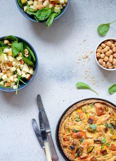 Græskar-porre tærte på quinoabund er både vegansk og glutenfri. Æggene er skiftet ud med tofu og det giver en overraskende ens konsistens.