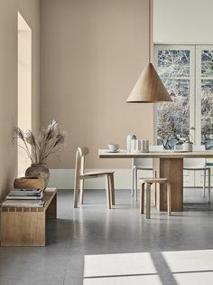 Salle à manger design avec mur peinture beige