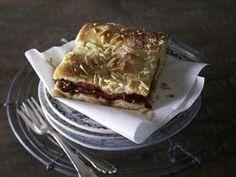 Gedeckter Pflaumenkuchen vom Blech mit Mandelkruste Rezept