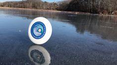 Shea Gunther hat folgende Aufnahmen seines Frisbees auf einem See gefilmt. Dabei bewegte sich die Scheibe nicht durch Zauber-, sondern Windkraft