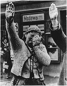 """""""Según sus declaraciones, Hitler decidió apropiarse del saludo fascista tras leer que, en la Dieta de Worms, Lutero fue recibido con este """"saludo alemán"""", que por aquel entonces era una señal de que no iba a ser confrontado con armas, sino con intenciones pacíficas, significado que Hitler buscaba preservar"""" Rosa Sala Rose. Diccionario crítico de mitos y símbolos del nazismo (pág. 322)"""