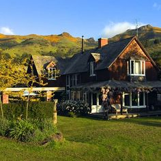 Evening summer sun on the house and the beautiful hills in the background. American Mansions, Summer Sun, Homesteading, New Zealand, Cabin, Lifestyle, House Styles, Beautiful, Home Decor
