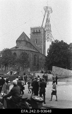 Tallinn 8/1970. Restaureeritava Niguliste kiriku tornikiivri metallkarkassi kohaletõstmine