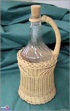 Botella de vidrio forrada de mimbre. #manualidades #pinacam #medula #mimbre                                                         www.manualidadespinacam.com