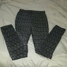 Jeggings Black and white jeggings with two back pockets. Pants Leggings