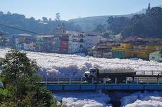 Rafael Pacheco/Prefeitura de Pirapora do Bom Jesus/Divulgação - A concentração de poluição no Rio Tietê provoca aumento da espuma no inverno, estação do ano que chove menos