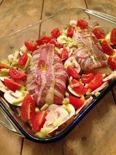 Kippesto met groente (2 personen): 2 kipfilets - 6 plakken katenspek (75 gr) - 2 eetlepels groene pesto - knoflookpoeder - zout - peper - olijfolie - 250 gr cherry tomaten - 250 gr champignons - 1/4 courgette