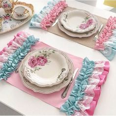 24 coll placemats for elegant table settings. Placemats for table Placemats are a good and effective way to decorate and organize a dining table setup. Burlap Table Runners, Lace Table, Vintage Pink, Sewing Crafts, Sewing Projects, Elegant Table Settings, Shaby Chic, Table Accessories, Patch Quilt
