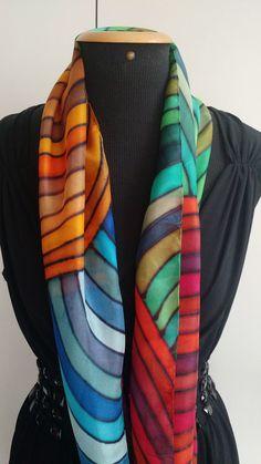 Linda echarpe de seda pongé 5, pintada à mão, com várias listras coloridas pela seda. Ideal para compor um visual arrojado e contemporâneo. Pode ser usada de várias formas.