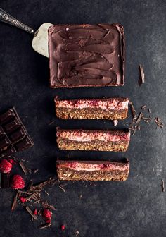 Date, chocolate & raspberry bars (made with white beans puree) - Trois fois par jour Vegan Treats, Vegan Desserts, Just Desserts, Dessert Recipes, Raspberry Bars, La Rive, Yummy Food, Tasty, Sweet Recipes