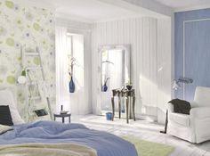 Con los revestimientos se pueden hacer auténticas virguerías para decorar y diferenciar zonas en el dormitorio: papel estampado donde la cama y pintura en el rincón de lectura.