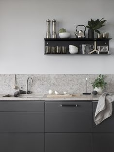 Dark grey kitchen with a natural stone top COCO LAPINE DESIGN Minimalist Kitchen Coco dark Design Grey Kitchen Lapine natural Stone Top Grey Kitchen Designs, Rustic Kitchen Design, Grey Kitchens, Cool Kitchens, Remodeled Kitchens, Luxury Kitchens, Voxtorp Ikea, Kitchen Interior, Kitchen Decor