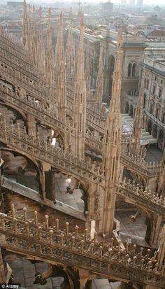 Les escaliers les plus effrayants et les plus raides au monde Marches étroites du Duomo de Milan, Italie