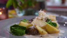 Ett snabbt långkok får man genom att skiva köttet och bräsera det i ugn. Köttet blir mört men tar bara hälften av tiden i anspråk jämfört med att steka hela köttbitar. Här serverar vi älg med vintervita rotsaker och tre såser. Food Inspiration, Potato Salad, Beef, Apple, Ethnic Recipes, Scandinavian, Diy, Do It Yourself, Bricolage