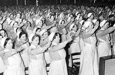 DRK-Schwestern und -helferinnen auf Hitler vereidigt und den Krieg eingeschworen; Foto: Bundesarchiv