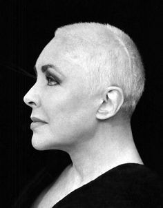 Elizabeth Taylor by Herb Ritts An aging women with shaved hair. But still oh so beautiful Cindy Crawford, Stephanie Seymour, Olivia Newton John, Richard Gere, Christy Turlington, Elizabeth Taylor, Black And White Portraits, Black And White Photography, Madonna