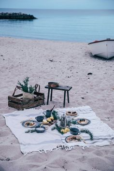 A beach picnic in Denmark - gluten-free crêpes with caramelized pears, whipped coconut cream and a stunning sea view and evening light. Picnic Date, Beach Picnic, Picknick Snacks, Picnic Images, Picnic Activities, Beach Date, Romantic Picnics, Romantic Dinners, Photo Images