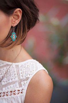 joli top blanc ajouré façon dentelle et boucles d'inspiration ethnique.