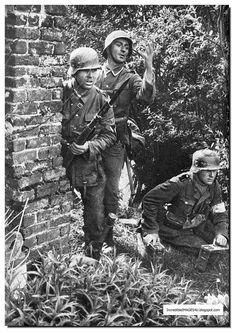 A Waffen SS division as it moves into France in The Pictures are by German war photographer Friedrich Zschäckel German Soldiers Ww2, German Army, Grand Chef, Germany Ww2, German Uniforms, Man Of War, Ww2 Photos, War Photography, Luftwaffe