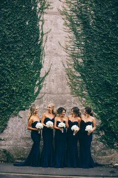 We are going crazy over these navy blue bridesmaids dresses from @whiterunway and their white bouquets!