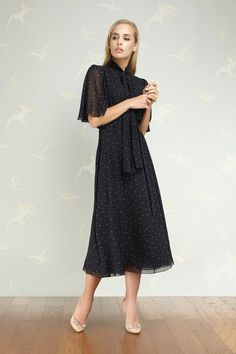 Muslim Fashion, Modest Fashion, Fashion Dresses, Ulyana Sergeenko, Gowns Of Elegance, Dress With Sneakers, Event Dresses, Classy Outfits, Types Of Fashion Styles