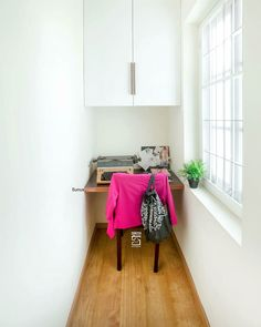 Simple and yet eye pleasing use colors to balance the space