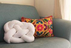Quer aprender a fazer a almofada nó passo a passo? Essa peça que virou hit na decoração de ambientes pra lá de inspiradores no Pinterest e Tumblr