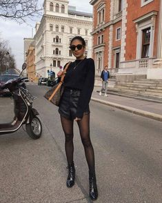 Como darle un twist a tu outfit de invierno usando medias pantis. - Millelisa Melissa - Como darle un twist a tu outfit de invierno usando medias pantis. Street Style Outfits, Look Street Style, Mode Outfits, Short Outfits, Casual Outfits, Street Styles, Casual Weekend Outfit, Black Outfits, Outfit Summer