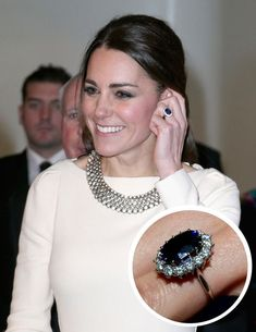 Kate Middleton, Duchess of Cambridge The Jewel: An oval Garrard Ceylon sapphire surrounded by a cluster of 14 solitaire diamonds set in white gold. Kate Middleton Makeup, Kate Middleton Jewelry, Kate Middleton Pregnant, Kate Middleton Outfits, Princess Kate Middleton, Kate Middleton Style, Kate Middleton Wedding Ring, Royal Engagement Rings, Engagement Ring Buying Guide