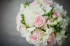 Õrnades toonides kimp roosidest ja freesiatest - Pruutpaar OÜ