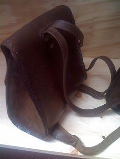 Bolso en cuero de colgar en espalda, diseñado por Arq. Ariel Arias