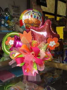 Para cumpleañera en base mdf con fomi dulces listones Balloon Basket, Balloon Box, Balloon Gift, Balloon Bouquet, Birthday Candy, Cool Birthday Cakes, Birthday Balloons, Birthday Gifts, Balloon Arrangements