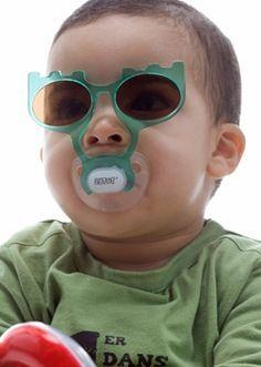 Trupe!  Después de tantos días de lluvia ... por fin sale el sol!  Hay que acordarnos que proteger los ojos de los más pequeños del sol también es necesario, a pesar de que cuesta mucho que lleven las gafas de sol puestas.  Los SEMI9S han encontrado una manera de que esto no ocurra. Unas gafas unidas al chupete. Que os parecen?  WEB: www.seminous.es FACEBOOK: facebook.com/seminous.es PINTEREST:www.pinterest.com/seminous BLOG: seminous.blogspot.com TWITTER: twitter.com/SEMI9S