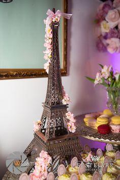 Torre Eiffel com flores para a mesa dos doces.