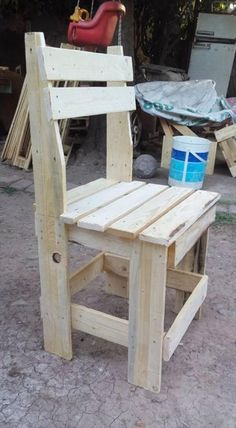 Wooden Pallet Furniture wooden pallet chair - And this DIY pallet outdoor dining set can be the end of your hunt for a perfect dining set as it is sturdy, durable, easy to make at home and top of all free Pallet Furniture Designs, Pallet Patio Furniture, Pallet Chair, Wooden Pallet Projects, Pallet Crafts, Wood Furniture, Furniture Ideas, Diy Pallet, Vintage Furniture