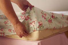 Você pode fazer um lençol com elástico em casa e de maneira não tão difícil, apenas um pouco trabalhosa. Mas como o preço de uma peça comprada é bem maior