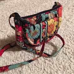 Vera Bradley Crossbody Very cute and clean little bag, used for about a week. Vera Bradley Bags Crossbody Bags