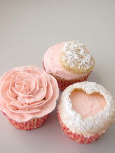 pink cupcakes - i like the colour of the cupcakes, the cupcake with the rose made out of icing looks difficult to make. Good ideas to decorate cupcakes or cakes.