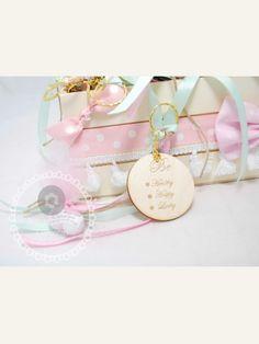 Κέρασμα  για νεογέννητο μπρελόκ Be healthy, happy , lucky με ροζ κορδέλες Kids And Parenting, Place Card Holders, Bracelets, Gold, Baby, Jewelry, Jewlery, Jewerly, Schmuck