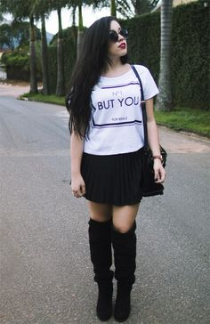 bota, camiseta + saia plissada