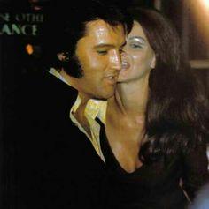 In Vegas seeing a Tom Jones show Priscilla Presley, Lisa Marie Presley, Elvis And Priscilla, Elvis Presley Pictures, Elvis Presley Family, Most Beautiful Man, Beautiful People, Are You Lonesome Tonight, Graceland Elvis