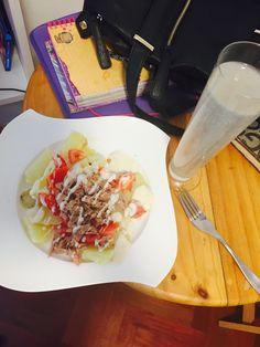 Ensalada de papa blanca  Atún  Y tomate con salsa Cesar