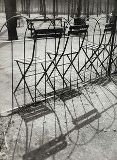 André Kertesz Artcurial Jardin des Tuileries à Paris Minimalist Photography, Urban Photography, Color Photography, Street Photography, Henri Cartier Bresson, Andre Kertesz, Tuileries Paris, Jardin Des Tuileries, Budapest