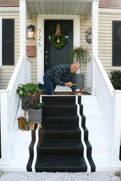 Front Porch Spring Reveal with Painted Steps Front Porch Spring Update-Painted gestreiften Stufen Painted Concrete Steps, Painted Steps, Concrete Front Steps, Wood Steps, Painted Front Porches, Front Porch Steps, Front Stoop Decor, Front Porch Pergola, Corner Pergola