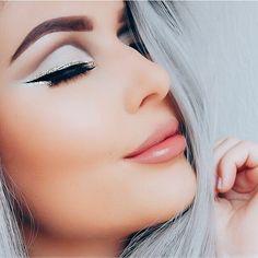 Una de las tendencias más marcadas para el 2017 será optar por un tono de rubor en tono durazno en caso de que seas de piel morena y rosa si eres de piel blanca con el fin de resaltar la mejilla de manera fresca con un blush natural. - #tumaqui #makeup #maquillaje #tips #belleza #contorno #makeuplover #makeuprevolution #labios #lipstick #iluminador #vidademaquilladora #gloss #blogger #envios #gratis #nacional #internacional #box #productos #instamakeup #base #blush #maquillador #delineador…