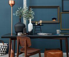 Blauw als vernieuwer voor de muur, geeft dit interieur een intieme sfeer. Donkere houten leersoorten geven een gevoel van de jaren 60, en de grafische zwart-wit prints brengen je weer in het hier en nu!