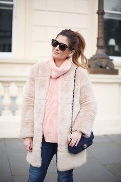 Casual Look. Look con abrigo de pelo y jersey rosa. A trendy life. #casual #denim #jeans #pinksweater #abrigopelo #fauxfurcoat #chanelbag #details #zara #elcorteingles #chanel #sarenza #outfit #fashionblogger #atrendylife www.atrendylifestyle.com