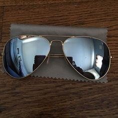 5a3ff80ec Óculos de sol são acessórios indispensáveis em uma mala de quem vai para a  praia.