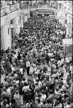 Заполненный москвичами и гостями столицы ГУМ.
